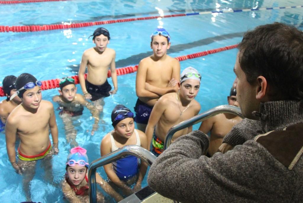 Juan Pablo visitó a alumnos quedisfrutan del Natatorio Municipal de Santa Teresita