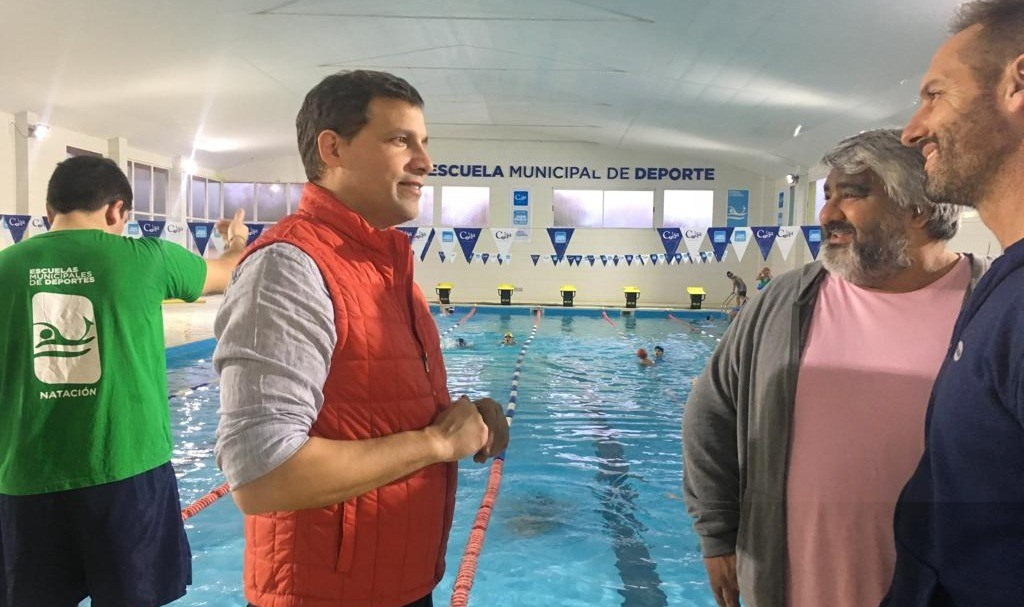 El intendente costero, visitó el Natatorio Municipal de Santa Teresita y presenció las clases de los más chicos