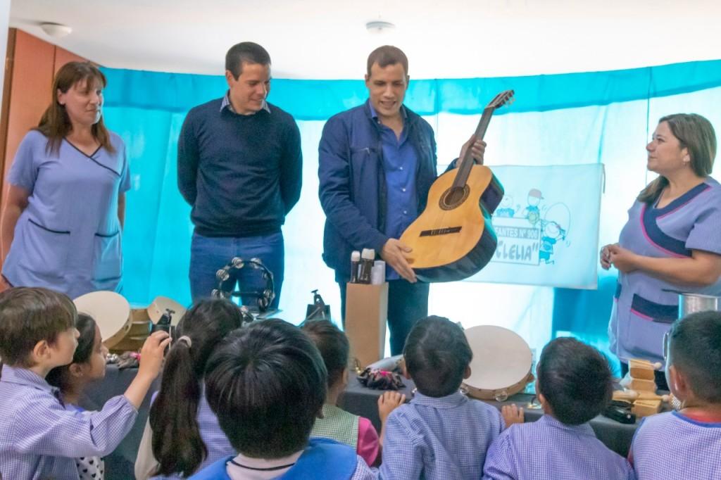 La entrega de kits musicales continúa en los Jardines de Infantes de La Costa