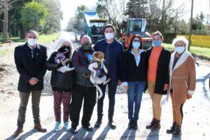 Junto a vecinos de San Clemente, Cristian recorrió el comienzo de los trabajos de asfalto sobre la Avenida Naval